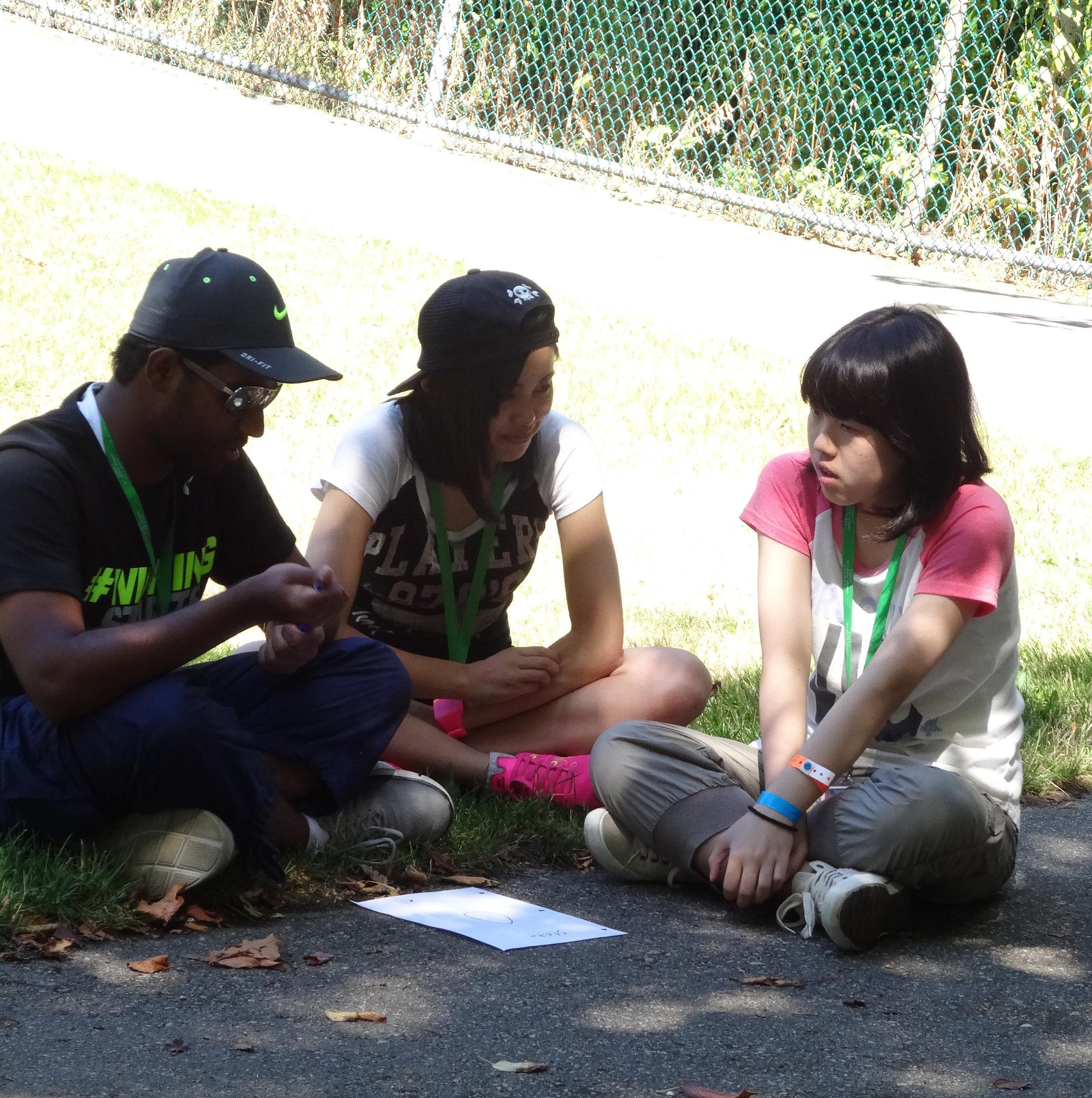 グループでどうするか作戦会議。この時、グループ名も決めたのですが、多くのグループが Tamagocchi など日本の名前を付けていたのも面白かったです。