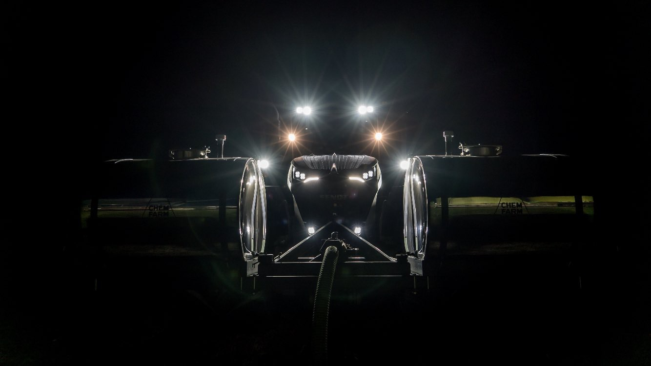 Fendt 1050 at night with our bracket and 360 Tanks. Nice!