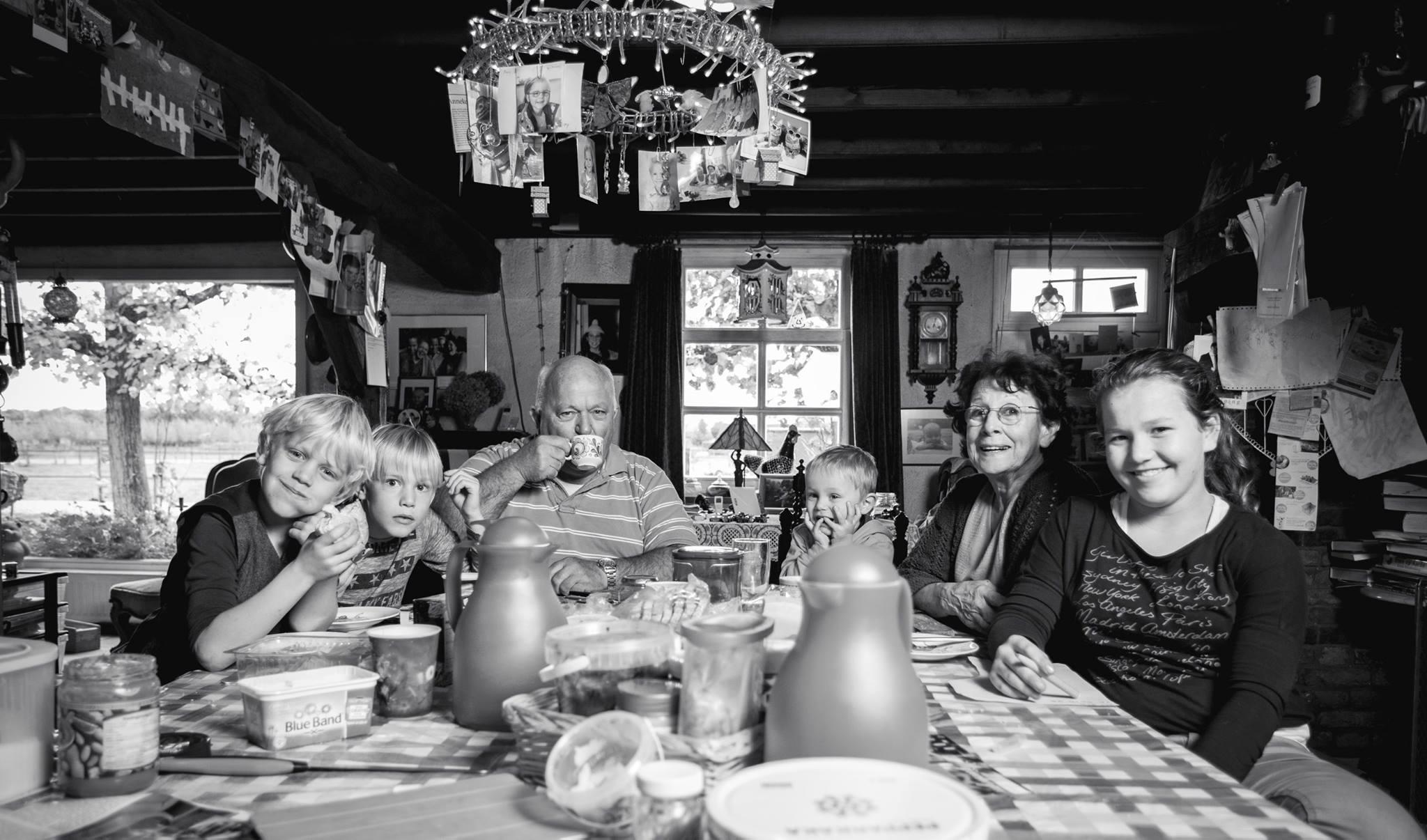 Opi en Omi Brom met hun kleinkinderen Joep, Gust, Max en Lotte.