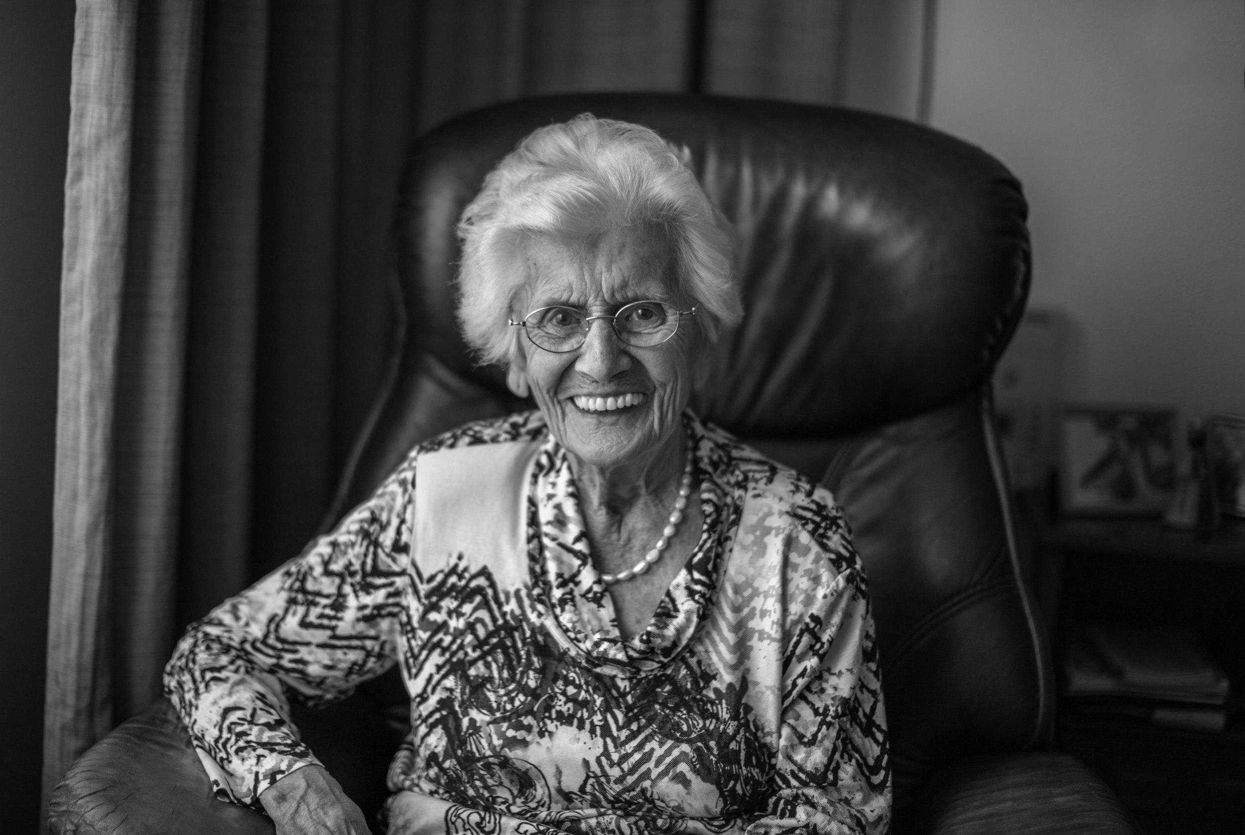 Mevrouw Claassen-Janssen thuis in Asten. 'Mijn man viel me meteen op. Hij had donker haar en was nogal lang. Maar hij was ook armoedig gekleed. Er was niets na de oorlog.' Foto's: Leon van Loon.