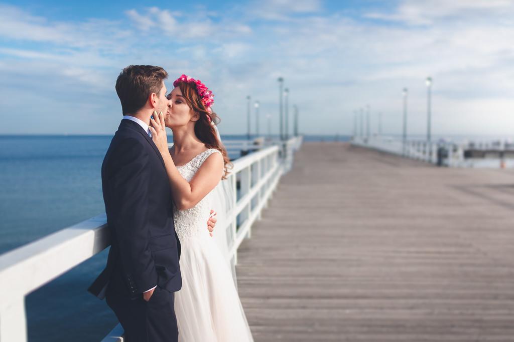 Zdjęcia z sesji poślubnej w Gdańsku. Plener na starówce i na plaży molo w Brzeźnie