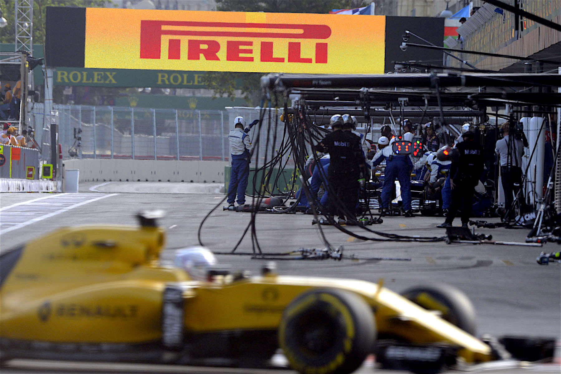 Salracing | Sauber F1 Team pit stop in the background
