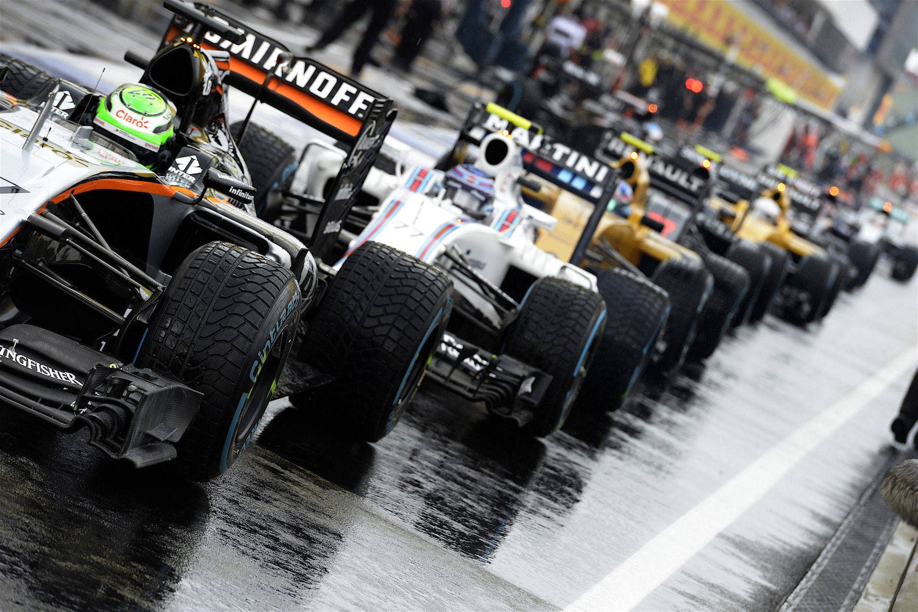 Salracing | F1 cars leaving the pits for Q1