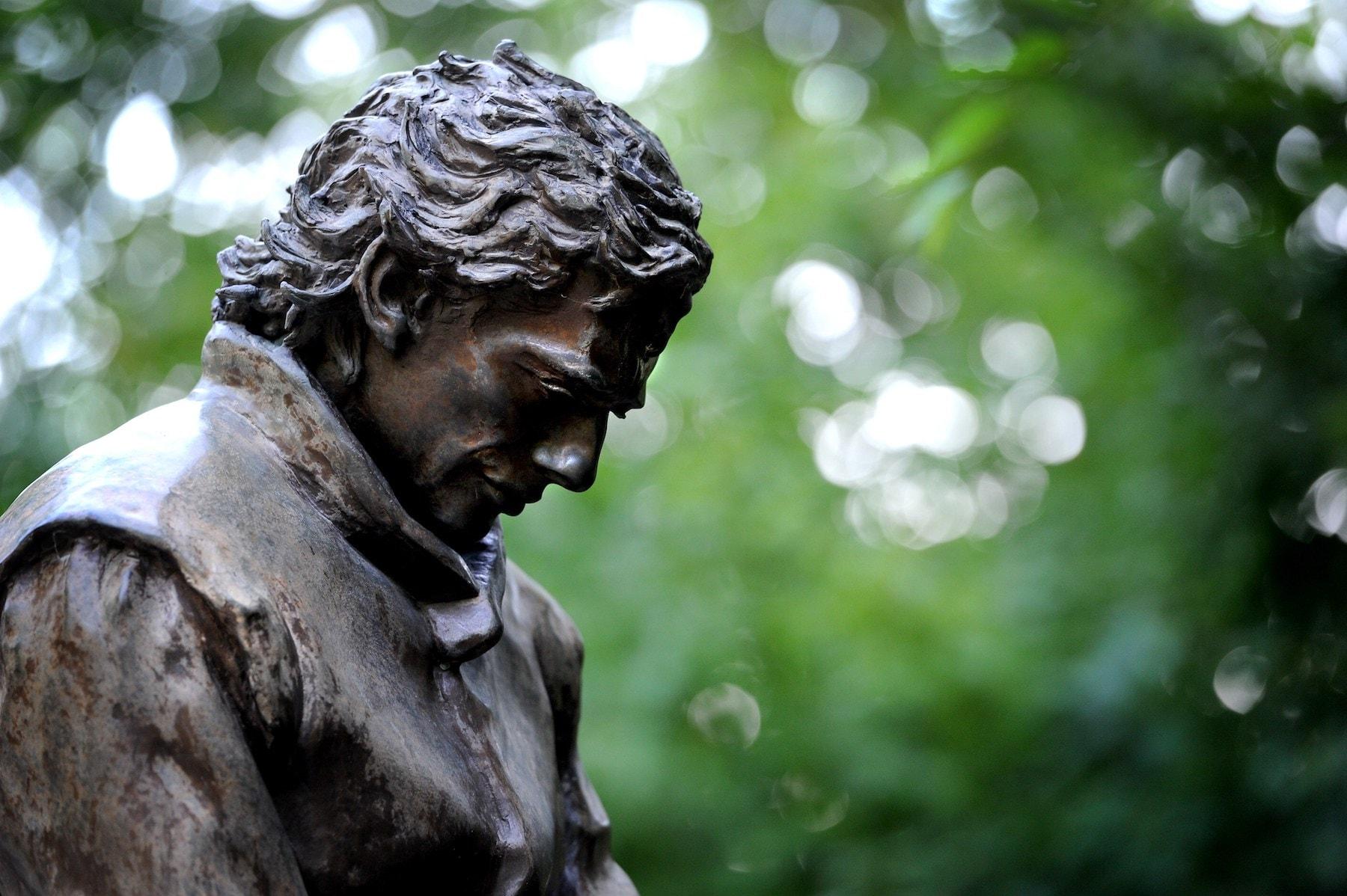 Senna statue 2