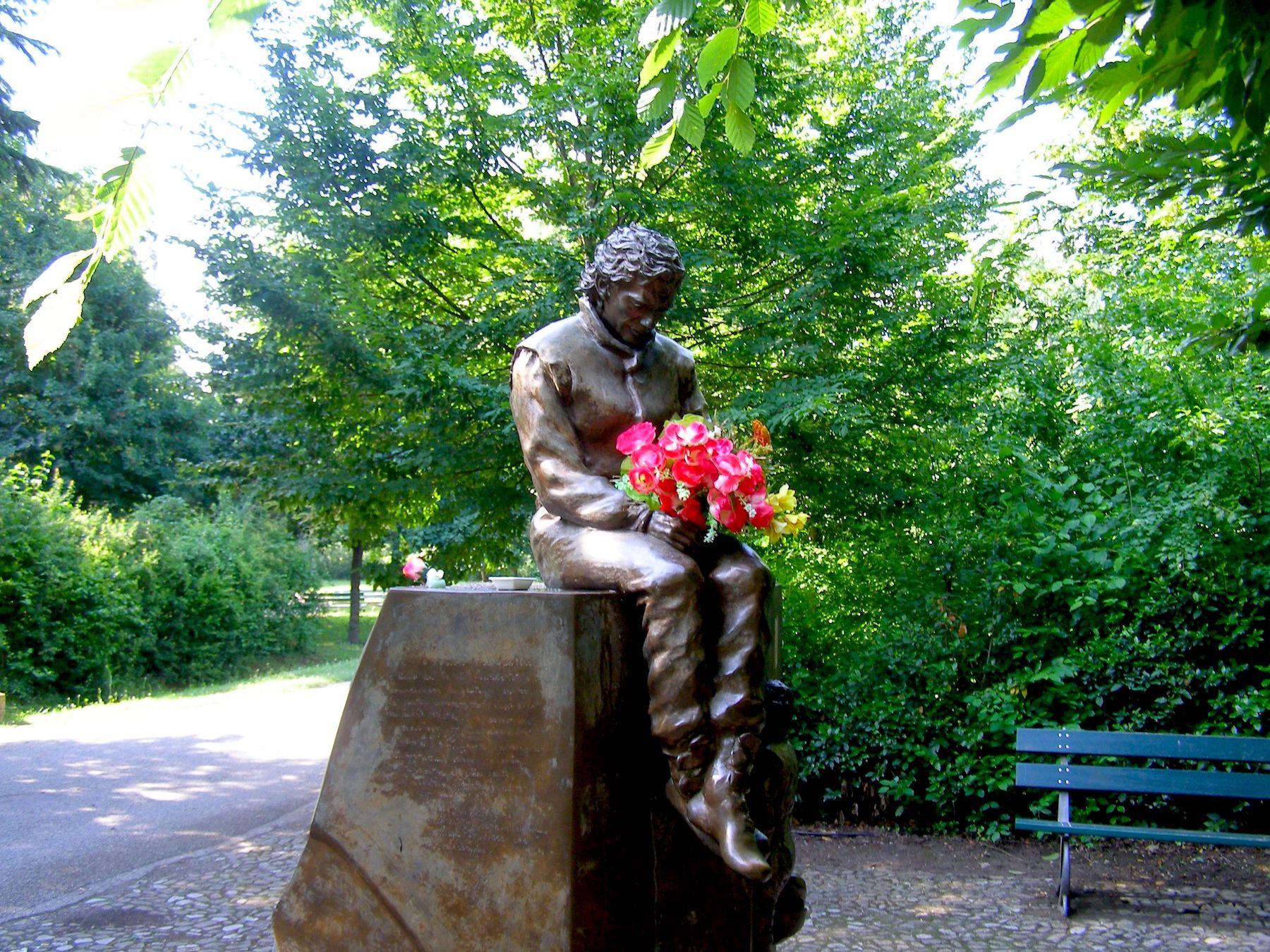 Senna statue 1