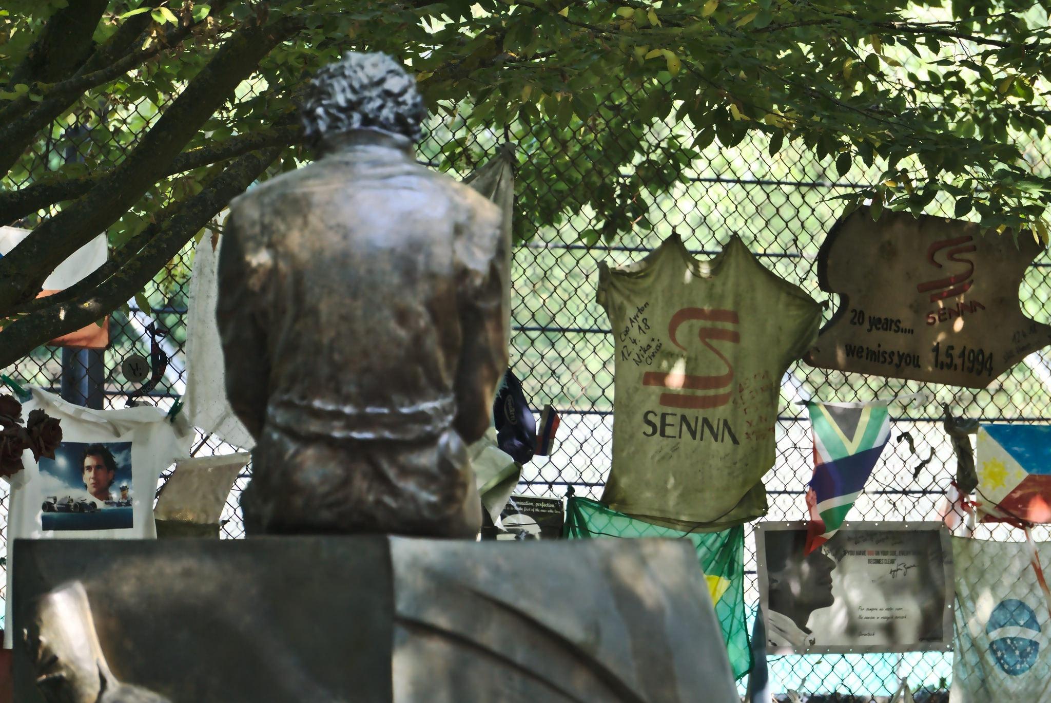 Senna statue 3