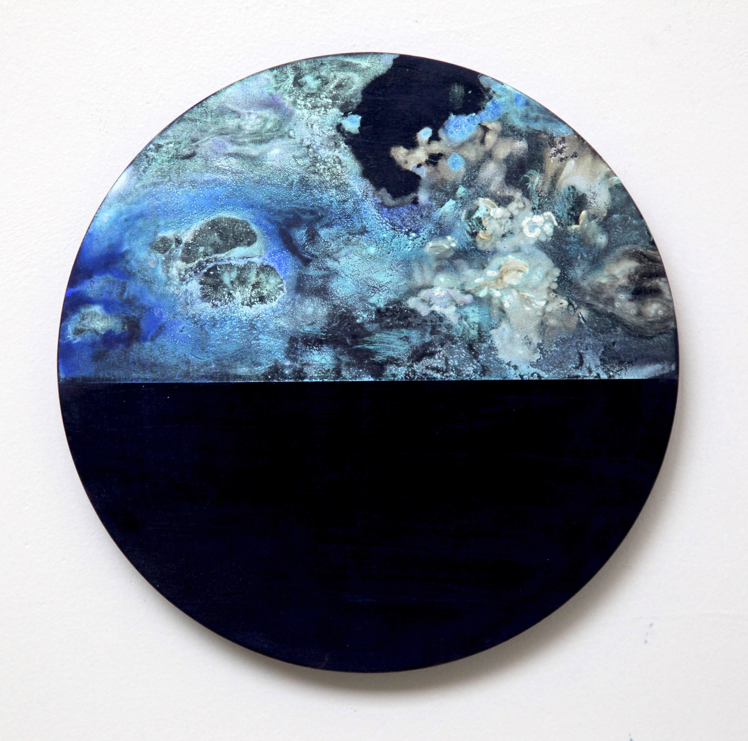 T18  2015  Acrylic and metal powder on board  27.2cm diameter