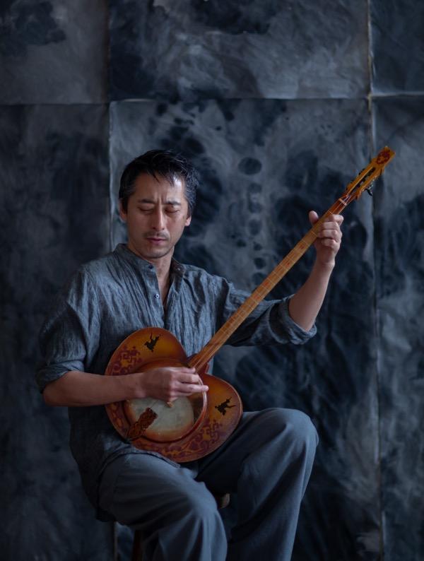 - 等々力 政彦 (Masahiko Todoriki)<instagram>トゥバ音楽演奏家・独立系研究者。30年にわたり南シベリアで喉歌(フーメイ)などのトゥバ民族の伝統音楽を現地調査しながら、演奏活動をおこなっている。異なるものが出会ったときに「対話」が生じ、お互いが変化しあう現象一般に興味がある。対象は、共生進化、シベリア史、シベリア諸民族の音楽・言語など。