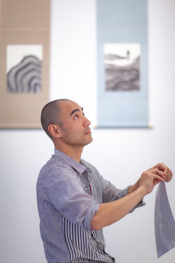 - 増田孝祐 (Kosuke Masuda)芸術家、僧侶。絵画作品や彫金作品の発表を行い続けている。今回の「ウタタラ」では、近年興味がある水・墨・紙を用い、次々と不思議なイメージが立ち現れる空間で演者と観客の想像力に作用させる。