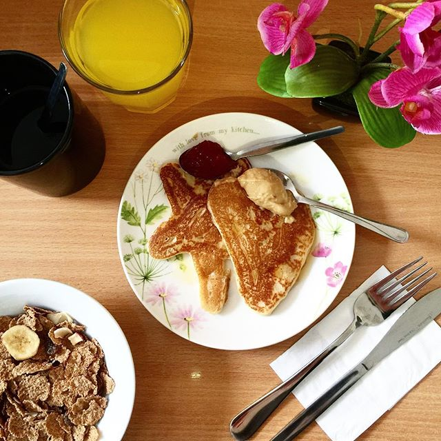Breakfast time! Did you know that breakfast is free for the guests staying at our hostel? Come and join us some day 😋🥞🍴 . . . #london #hostel #hostellife #wanderlust #travel #vacation #holiday #traveling #traveler #adventure #explore #travelgram #instatravel #travelphotography #pancakes #breakfast #coffee #flowers #food #saintjamesbackpackers