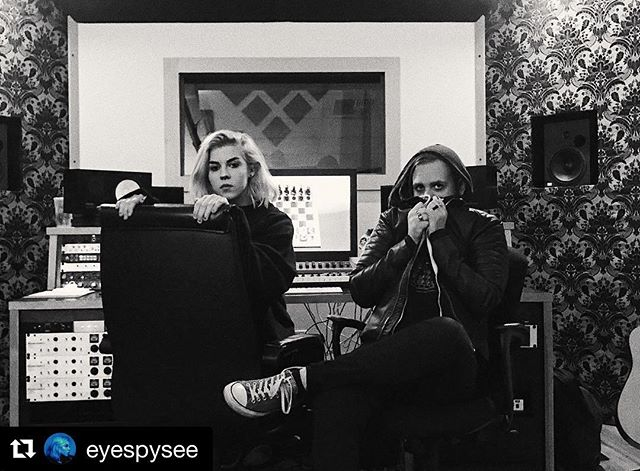 #Repost @eyespysee ・・・ happy holidayz from ur favorite weird studio kids @walt_dicristina ✨✨✨ #see #eyespysee #silkcitygrooves #emvymusic #recordingstudio #recording #mixing #mastering #producer #audioproduction #weirdos #studiokids #newmusic #popmusic #singer #songwriter