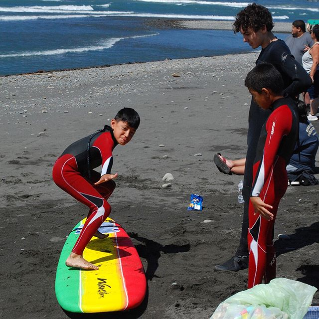Pre-surf pop-up-practice with the Hoh youth, gotta get it sorted on land before you get in the water 😊🌊💙💙💙Thanks again to the Hoh tribe for hosting! Instructors @chrome_camel_cam and @pnwmeade pictured here teaching the fundamentals of shred! #gobecauseyoucan #surfcamp #hohnation #warmcurrent #wavestorm Photo credits- Erin Kate!