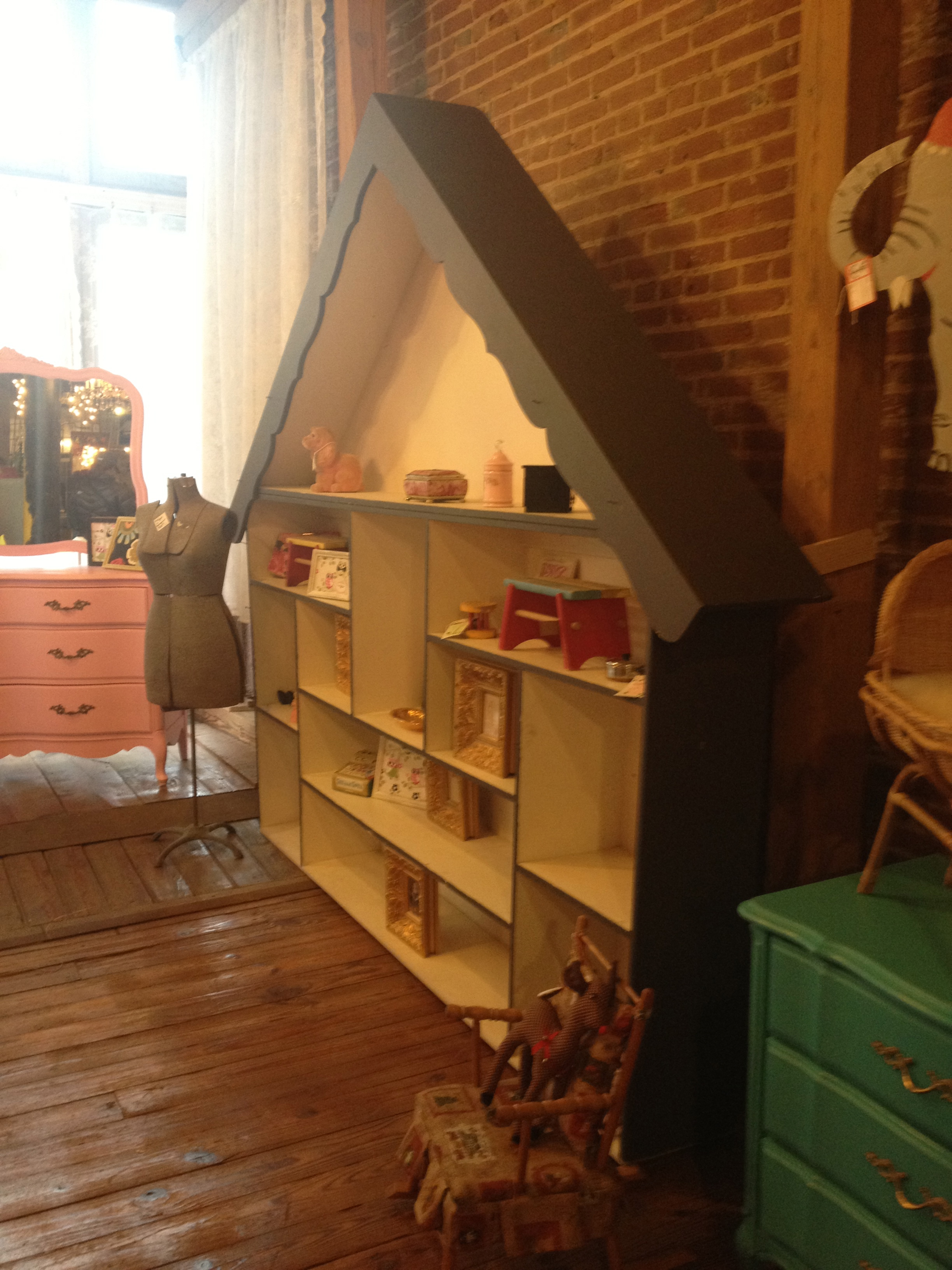 I loved the idea of this bookshelf for a little girl's room.  Found at Hello Sailor.  www.saranobledesigns.com