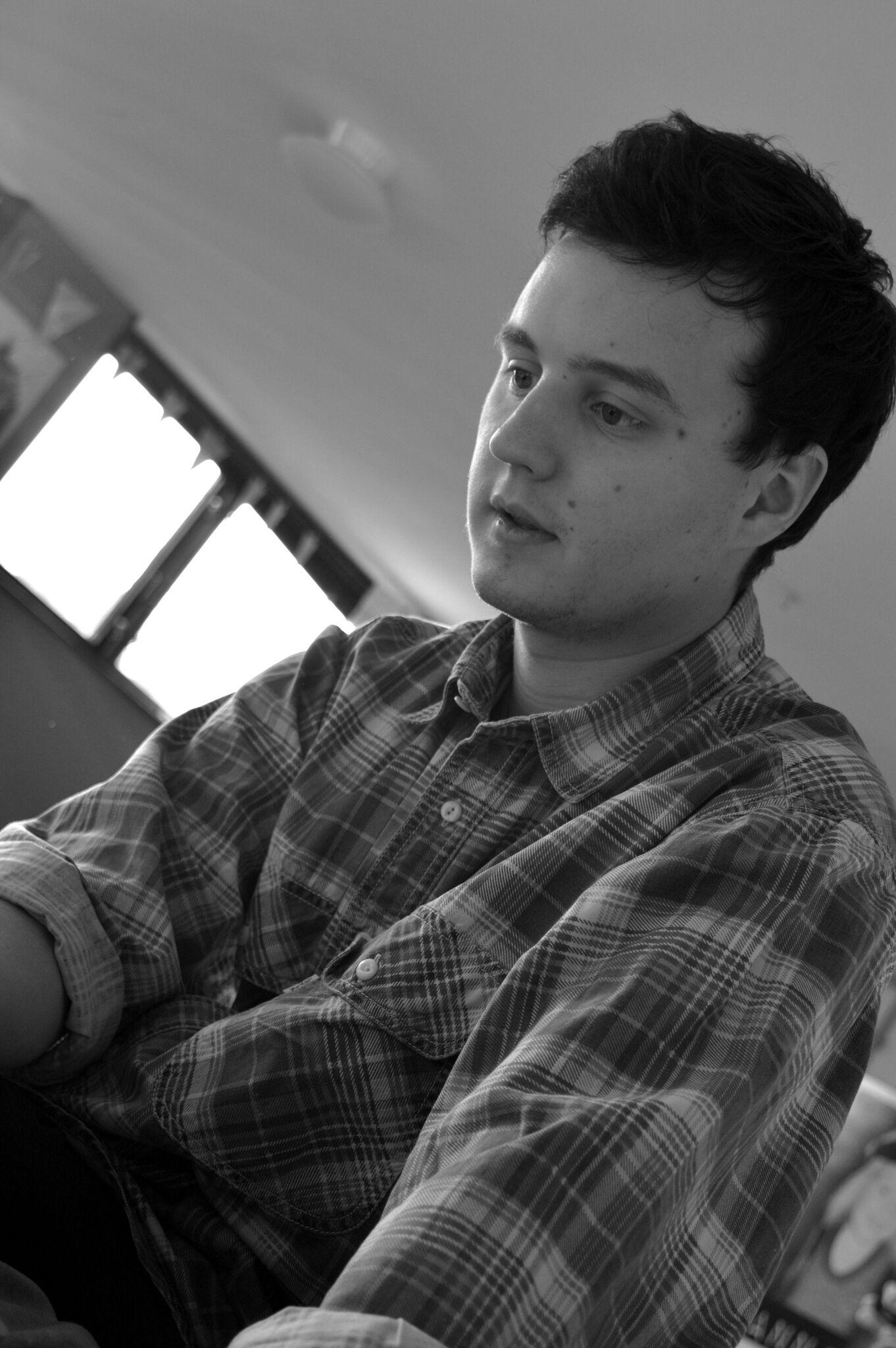 Simon Väderklint  Är grundare av Studio Emanuel och är ljudboks-ansvarig. Simon är också den som mixar och mastrar all musik som kommer ifrån Studio Emanuel.   Har en stor passion för ljudböcker, och har jobbat med det sedan 2004.  Har även en examen ifrån Örebro Universitet (Konstnärlig högskole-examen) i Musikproduktion.   Kontaktuppgifter:  E-post: simon@studioemanuel.se Tel. 070 - 830 85 85