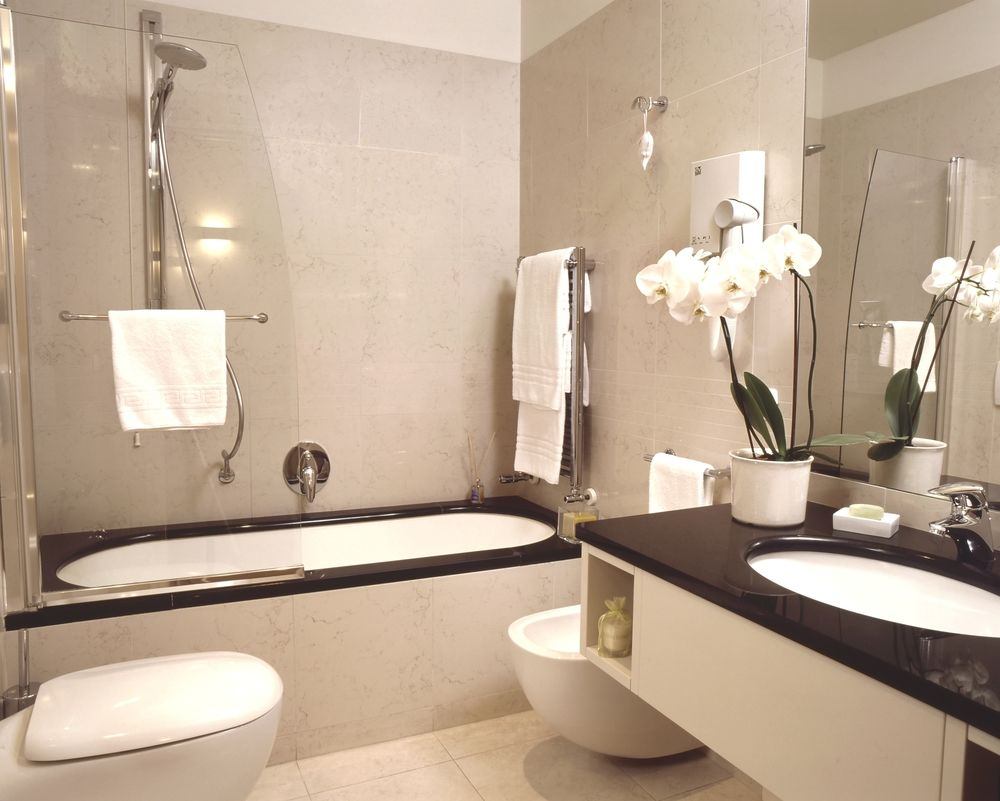 Classy, modern bathrooms with soft beige walls in the finest Italian characteristics. Rooms have either a shower or a bath, be sure to select your preference.