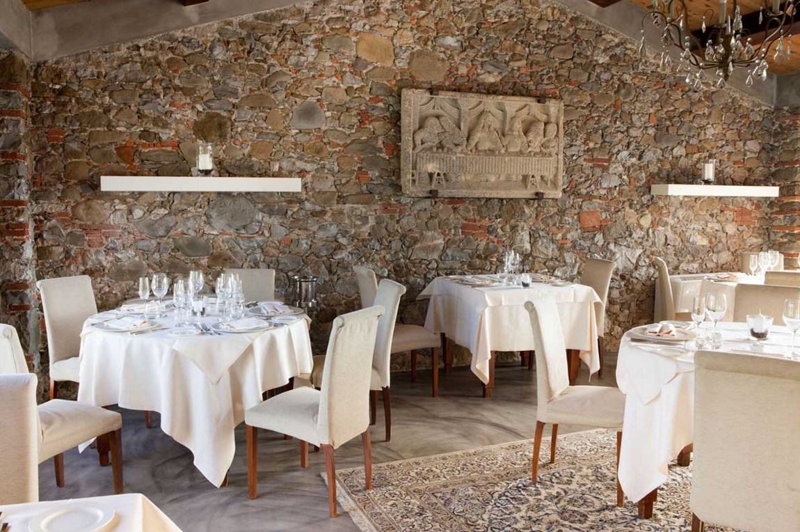 Imagine a fine dining restaurant, an impeccable serviceand a breathtaking panoramic view. Tenuta San Pietro in Lucca is the ideallocationfor your unforgettable wedding celebration as well!