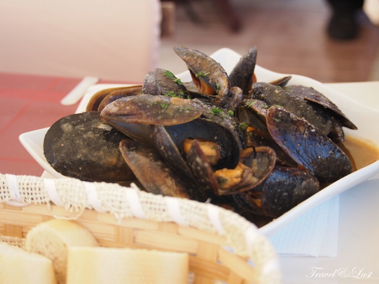 Mussels with parsley, garlic and black pepper marinated in white wine.