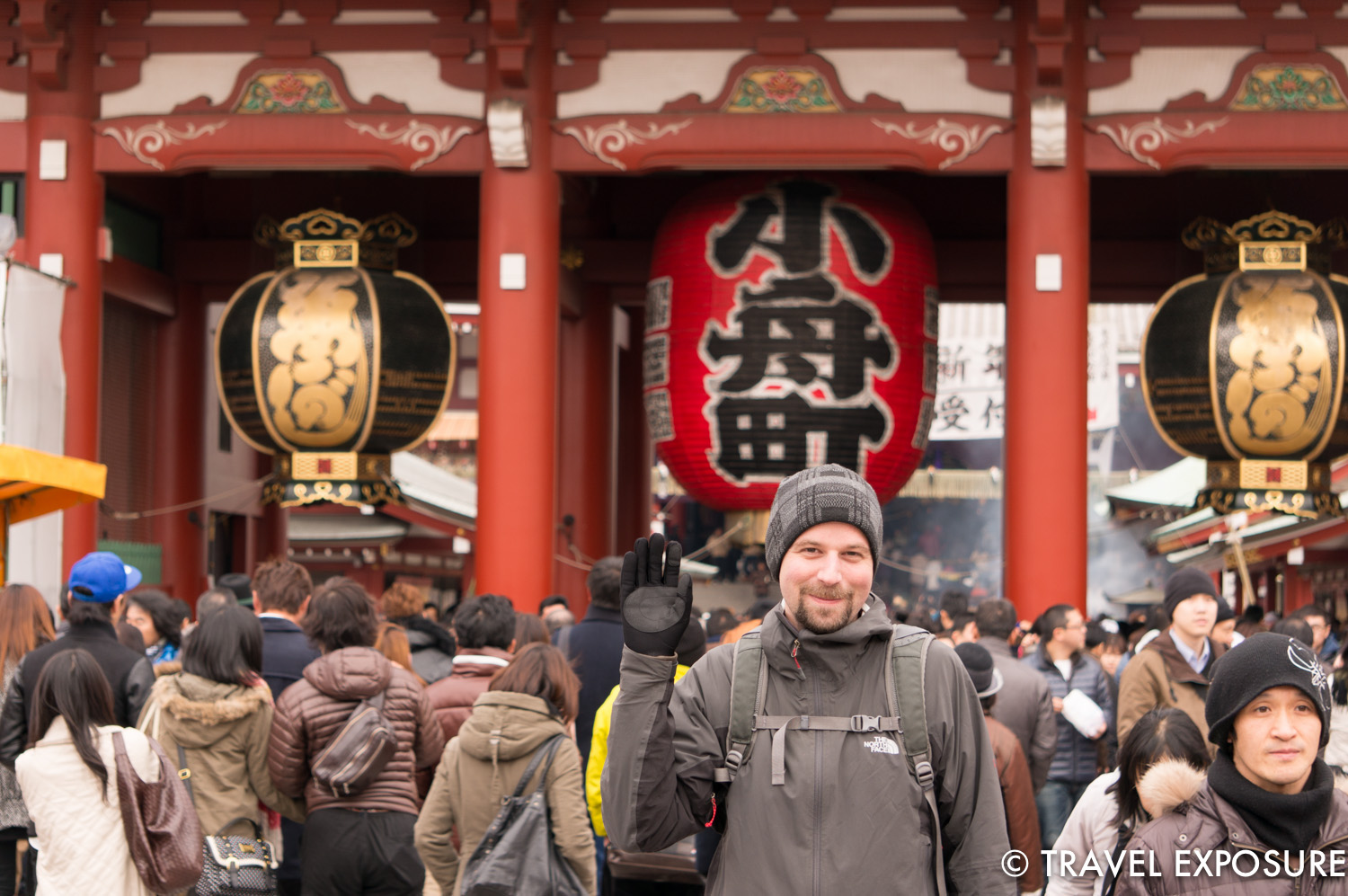 Root stands a head above the crowd as we approach the Hozomon Gate, featuring three large lanterns.