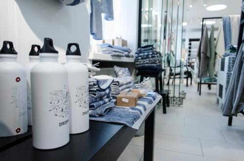 Aallonmurtajat sarja ja DROPP -juomapullot, molempien myynnillä tuetaan työtä puhtaan Itämeren hyväksi. Kuva: Ilona Koivusalo