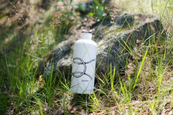 Rasmus Tikkasen suunnittelema merimiessolmu kiertää lähes kokonaan pullon ympäri.