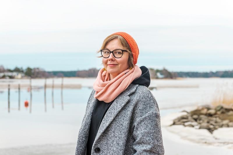 """""""Parasta on katsella rauhoittavaa merta Marjaniemen kallioilta,"""" kertoo kuvittaja Nadja Sarell."""