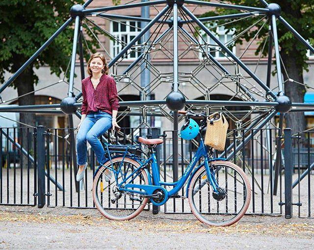 Julistamme kesäpyöräilykauden avatuksi! 🚲 Nostetaan malja @wheelstrom 'lle, joka on lahjoittanut tähän mennessä jo 2000 euroa MONICOAST-rannikkotutkimushankkeelle!  Jokaisesta myydystä DROPP x Wheelström -pyörästä lahjoitetaan 200 euroa Helsingin yliopiston Itämeren rannikkotutkimushankkeelle. Merensinisiä pyöriä on saatavilla tänäkin keväänä, tässä siis tilaisuus tehdä hyvää Itämerelle ja aloittaa sähköpyöräily samalla kertaa!  Wheelströmin toimarin Rinan ja DROPP x Wheelström -pyörän kuvasi @mikko.hannula 📸  #wheelström #pyöräilykausi #sähköpyörä #droppxwheelström #itämeri #MONICOAST #droppwater #everydroppforthebalticsea @tvarminne_zool_stat