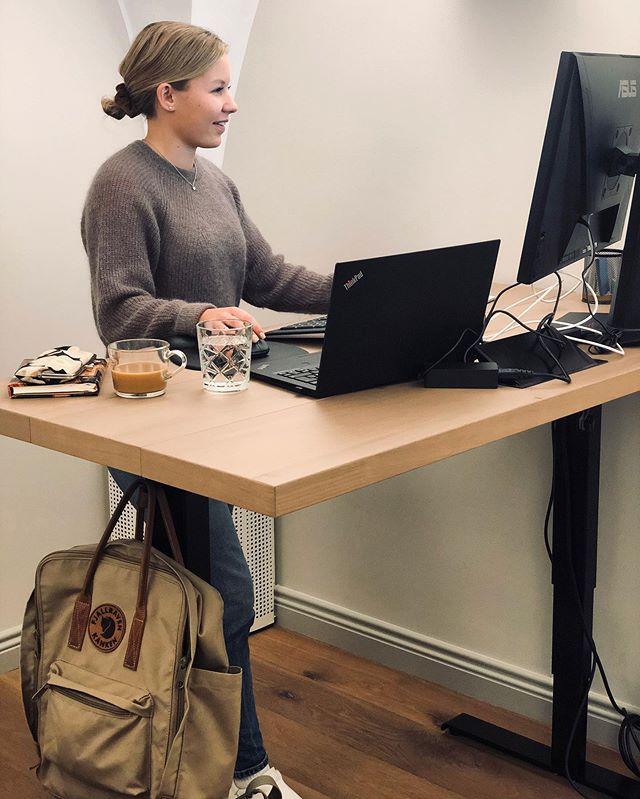 Droppin toimistolla päivä starttaa kahvilla ja tietenkin vedellä!💙 Vedenjuonti boostaa työtehoa ja jaksamista. Tuleeko sinun juotua tarpeeksi vettä töissä?