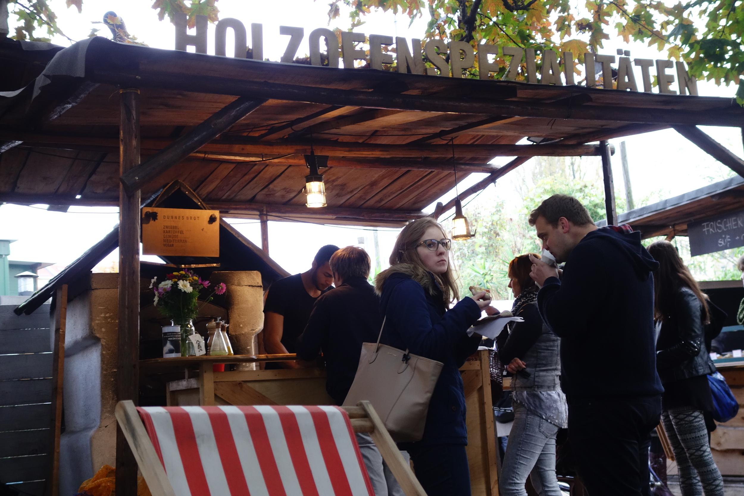 This hidden food courtyard im der Flohmarkt am Mauerpark was a real delight.