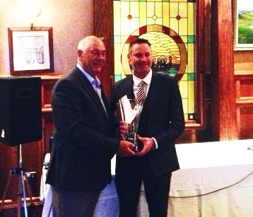 Christy O'Connor Jnr presents Richard Creamer with his prize.
