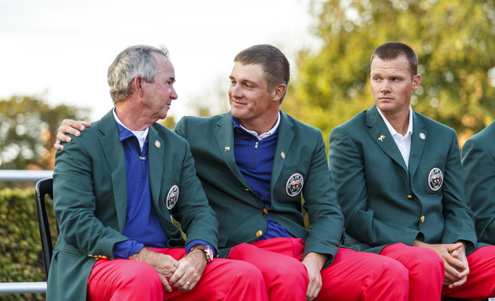 Bryson DeChambeau puts his arm around captain Spider Miller at the closing ceremony.