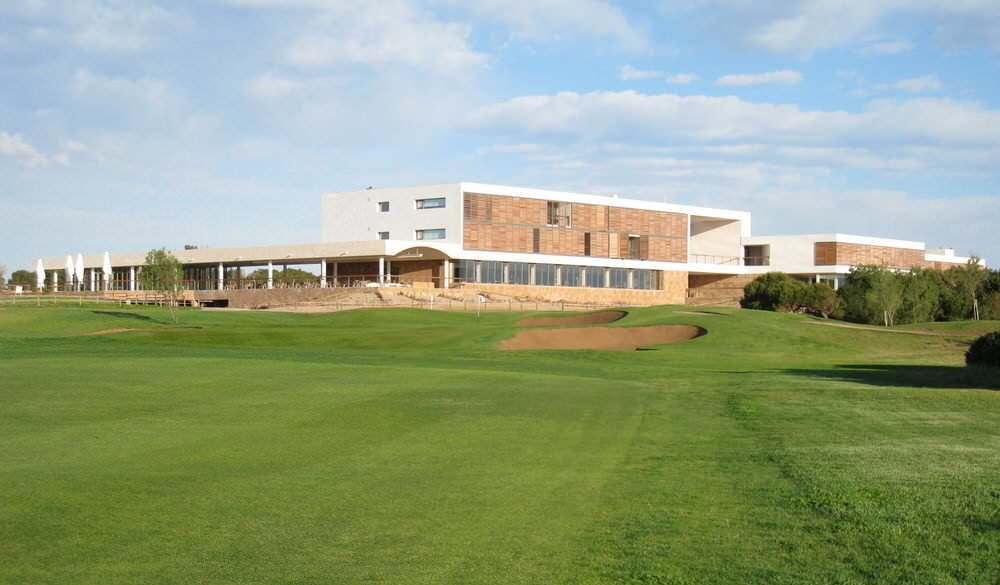The 18th and clubhouse at El Saler
