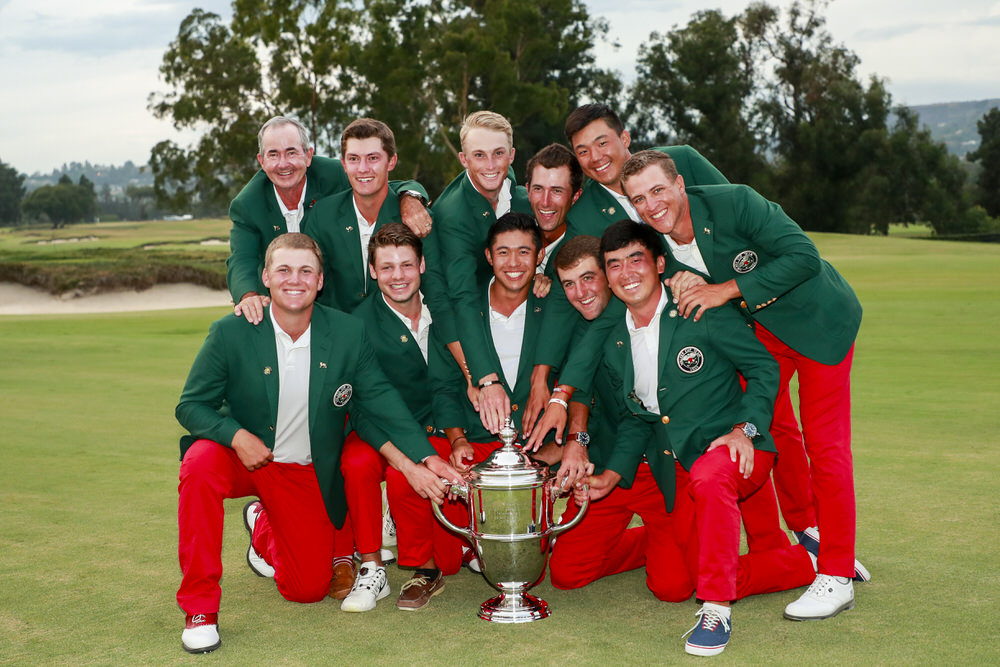 The winning US Walker Cup team poses with the trophy at The Los Angeles Country Club in Los Angeles, Calif. on Sunday, Sept. 10, 2017. (Copyright USGA/Chris Keane)