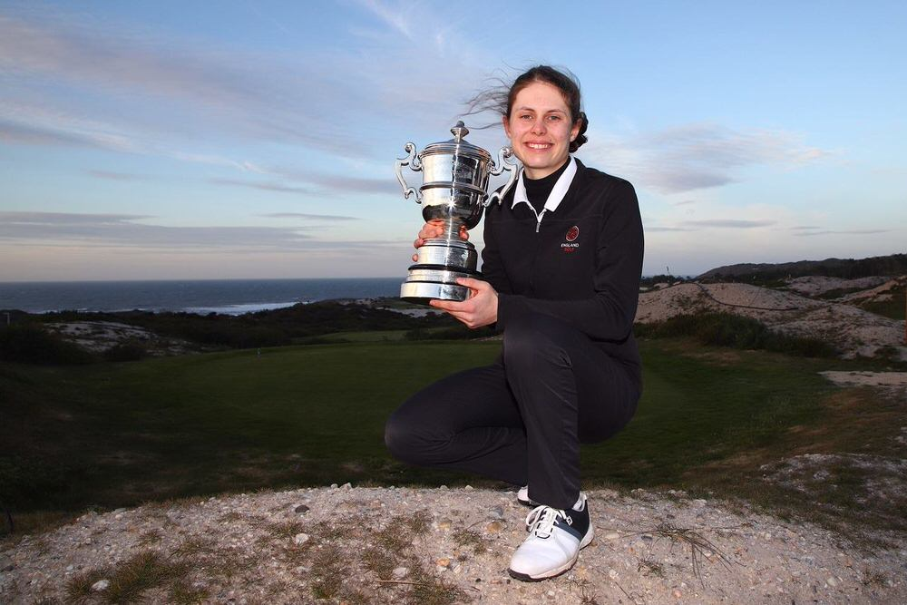 Isobel Wardle with the trophy.© Filipe Guerra/GolfTattoo/FPG