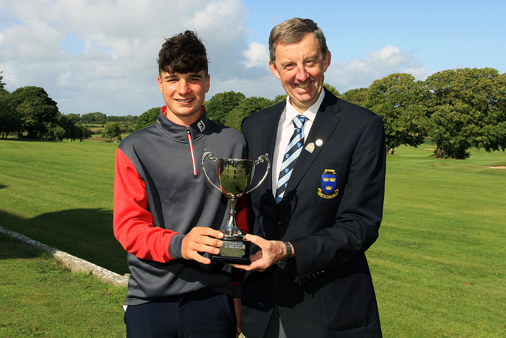 Mel Deasy (Bantry Bay) reeives the Munster Boys Under 16 Trophy from Jim Long, Chairman Munster Golf.  Newcastlewest Golf Club, Thursday 23rd August 2018.Picture: Niall O'Shea