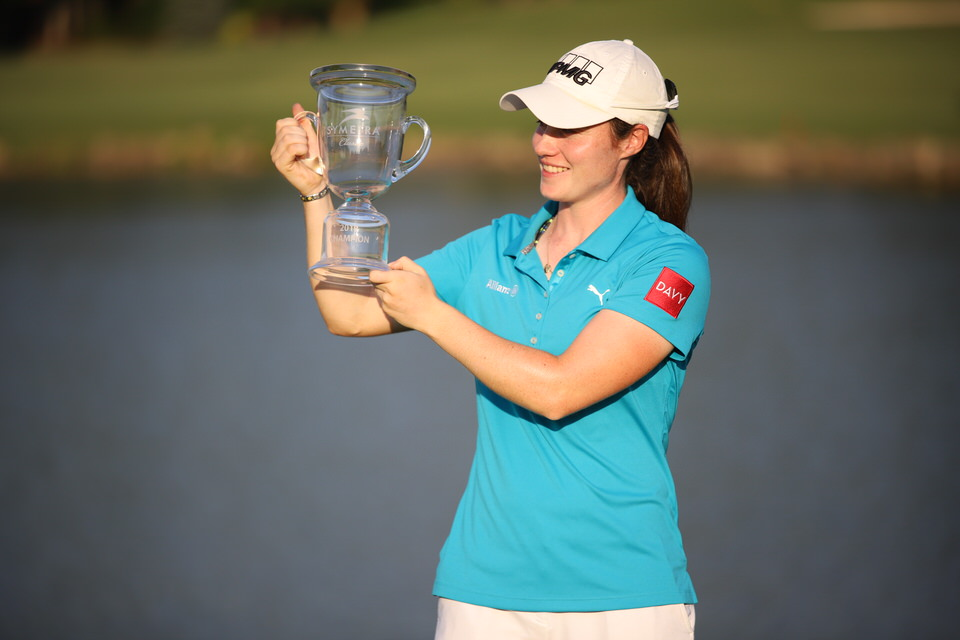 Leona Maguire kisses the Symetra Classic Trophy at River Run Country Club in Davidson, North Carolina. Picture courtesy Symetra Tour