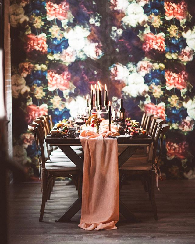 I know it's fall because I love that it's raining, I'm craving red wine, I wanna paint all the walls black, and have a #friendsgiving feast right here ☝🏻🖤🍂. Who's with me? . Check out these gorgeous pro shots from @jennyberlinerlhoto of our team's table at @rochesterindieweddings and @kineventspace 's TASTE event last week! . Planning + Creative Direction @gatherplanninganddesign Art Direction | @suitesmith Photography | @jennyberlinerphoto Food | @avvino Laser Etching | @roccitylaser Furniture Rentals | @mccarthyevents  Tabletop Rentals | @westelmroc Wine from @livingrootswine