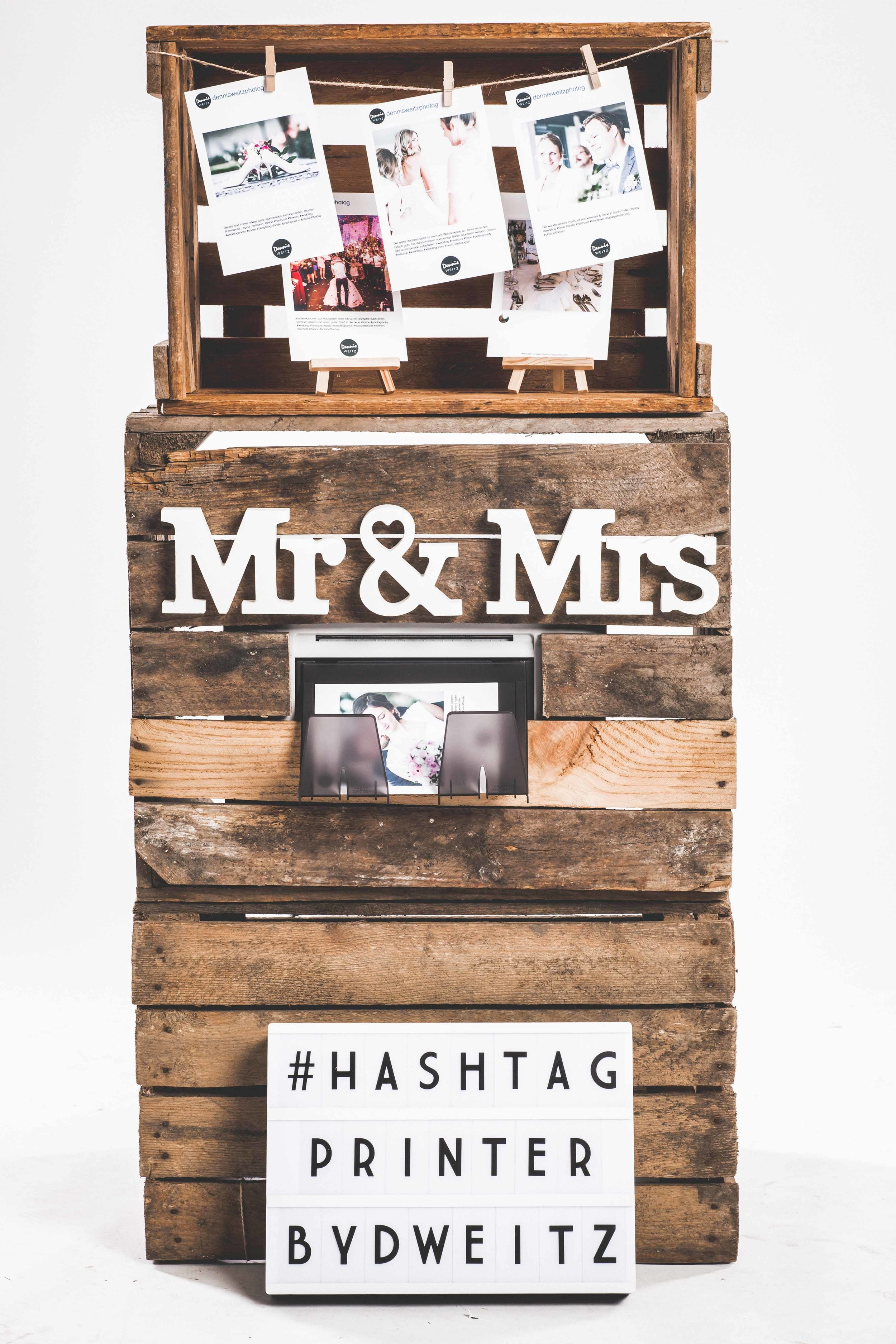 Hashtag Printer by Dennis Weitz - Der Hashtag Printer bietet euch die Möglichkeit, alle Bilder die eure Gäste auf der Hochzeit bei Instagram posten, unter einem vordefinierten #Hashtag zu bündeln. Das Coole dabei ist, dass die Bilder mit eurem #Hashtag automatisch von dem Hashtag Printer ausgedruckt werden. Der Hashtag Printer ist mit dem Internet verbunden und aktualisiert permanent nach eurem #Hashtag. Sobald ein Gast ein neues Bild bei Instagram postet, erkennt das der Hashtag Printer und druckt das Bild sofort aus. Es besteht auch die Möglichkeit, dass über einen Monitor alle Bilder angeschaut werden können und erneut ausgedruckt werden können.