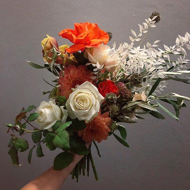 Oh George | meet today's bae 🧡 #waitingforgeorge #flora #florist #flowers #orangeyougladtoseeme #bridalbouquet #wild #inthebestsenseoftheword #roses #ranunculus #scabiosa #dahlia #preservedruscus