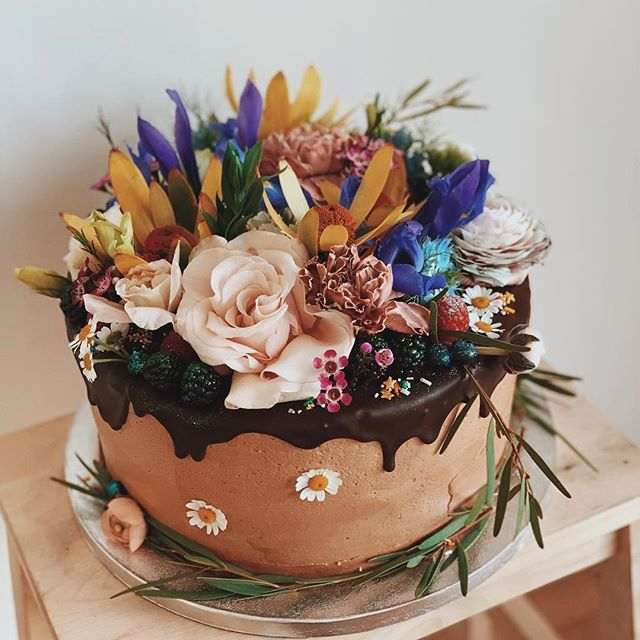 First LA cake, a vegan, gluten free double chocolate and raspberry cake for @wherearetheavocados & her mama @maggiembaird ...so many beautiful California flowers to choose from