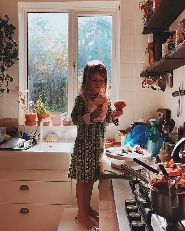 Sunny London kitchen memories, cake decorating with my girl ❣️#girlofdreams #cakeofdreams