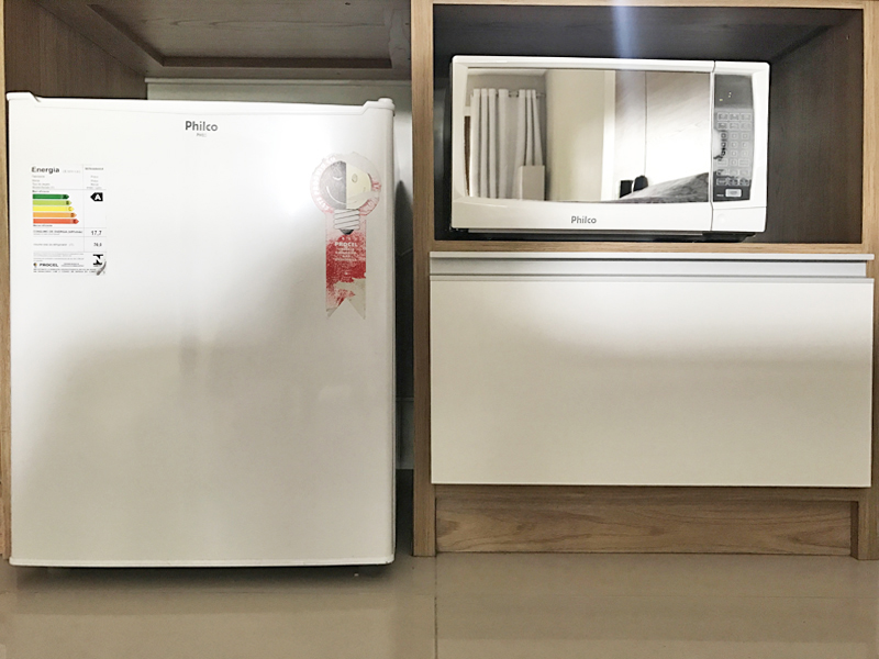 Facilidades da Suíte Saint Germain: frigobar, microondas e gaveta para acomodar os alimentos