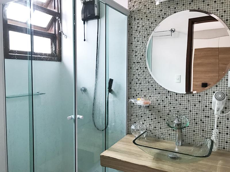 Banheiro limpíssimo com uma ótima ducha e secador de cabelo para os dias mais frios