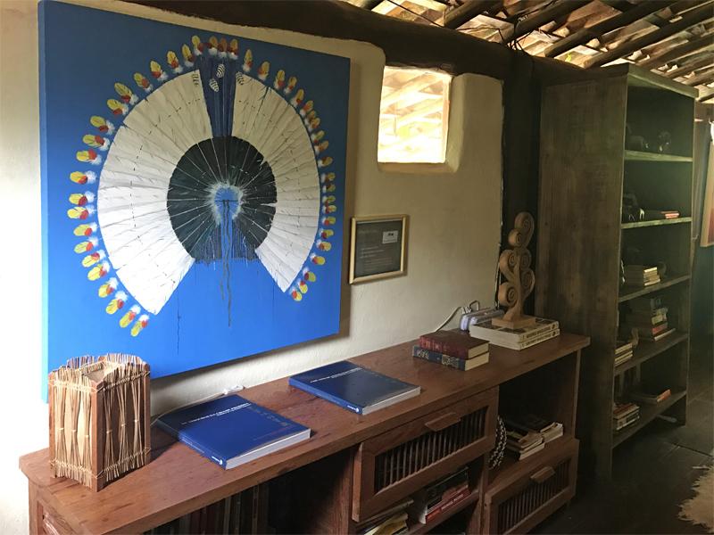 Biblioteca equipada com livros em vários idiomas, ideal para dias chuvosos