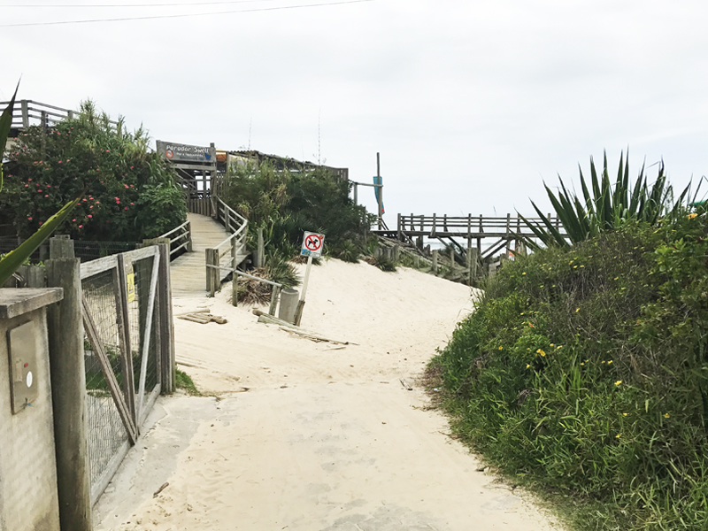 Acesso principal à parte sul da praia