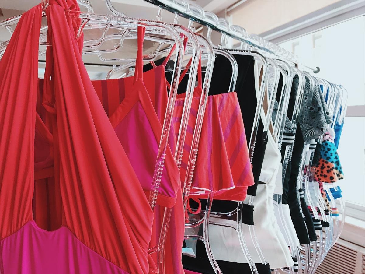 A cartela de cores, marcada pelo vermelho e pink, garante energia e prazer, enquanto os listrados trazem ternura e fantasia.