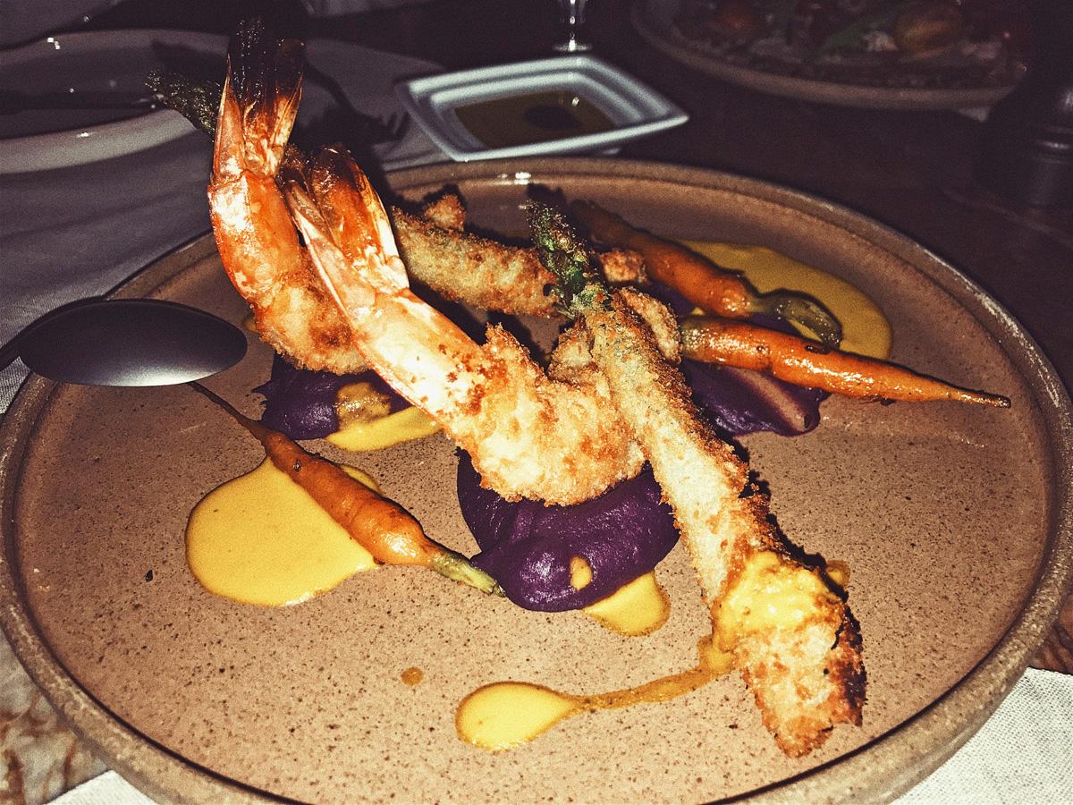 Têmpura de camarão e aspargos, mini cenouras e purê de batata roxa