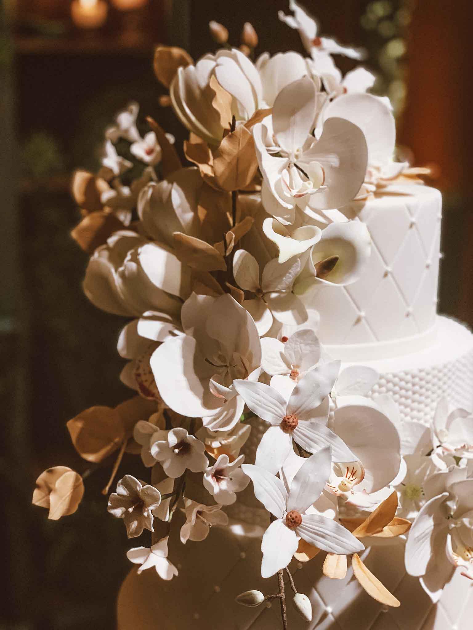 flores-brancas-bolo-casamento.jpg