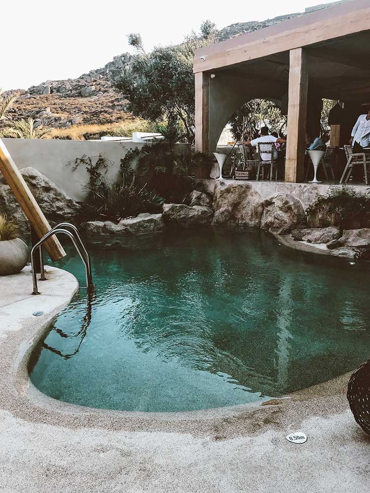 piscina-psarou-beach.jpg