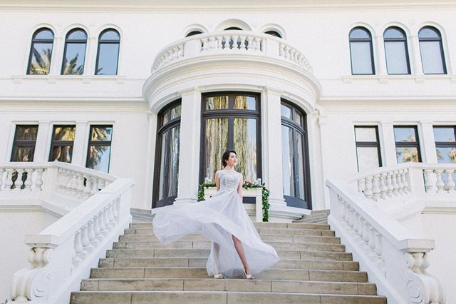We can stare at this all day long! The flowing movement of our Cherise dress in the wind⁣ gave a glance of elegance at the delightful Fenyes Mansion. No wonder it was featured on #weddingchicks! ⁣ ⁣ .⁣ .⁣ Couture: @lumierecouturebridal ⁣ Styling: @justmerriedevents ⁣ Photographers: @sarahzingphotography ⁣ MUA: @kellyzhangstudio⁣ .⁣ .⁣ #lumierecuration #lumierecouturebridal #lumierecouturebridalstudio⁣ #pasadena