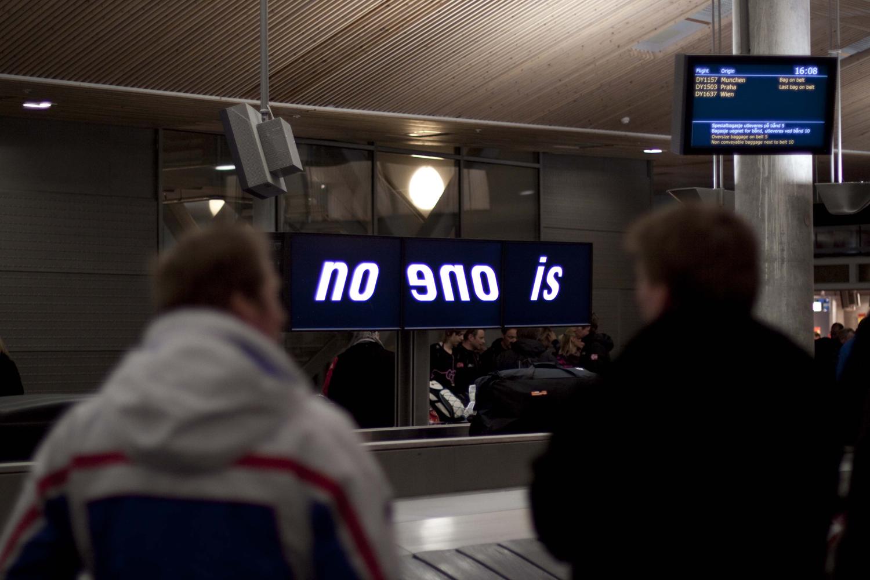Pay Attention Motherfuckers-Oslo Lufthavn 9538.jpg